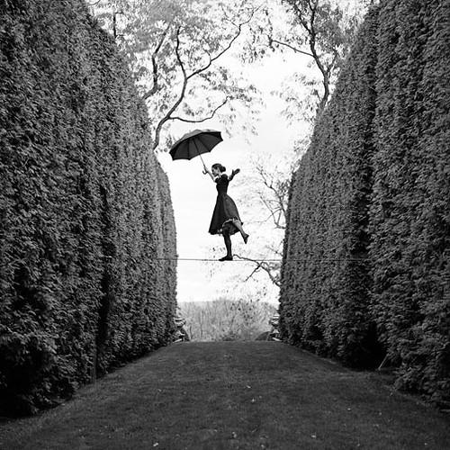 colgando con paraguas