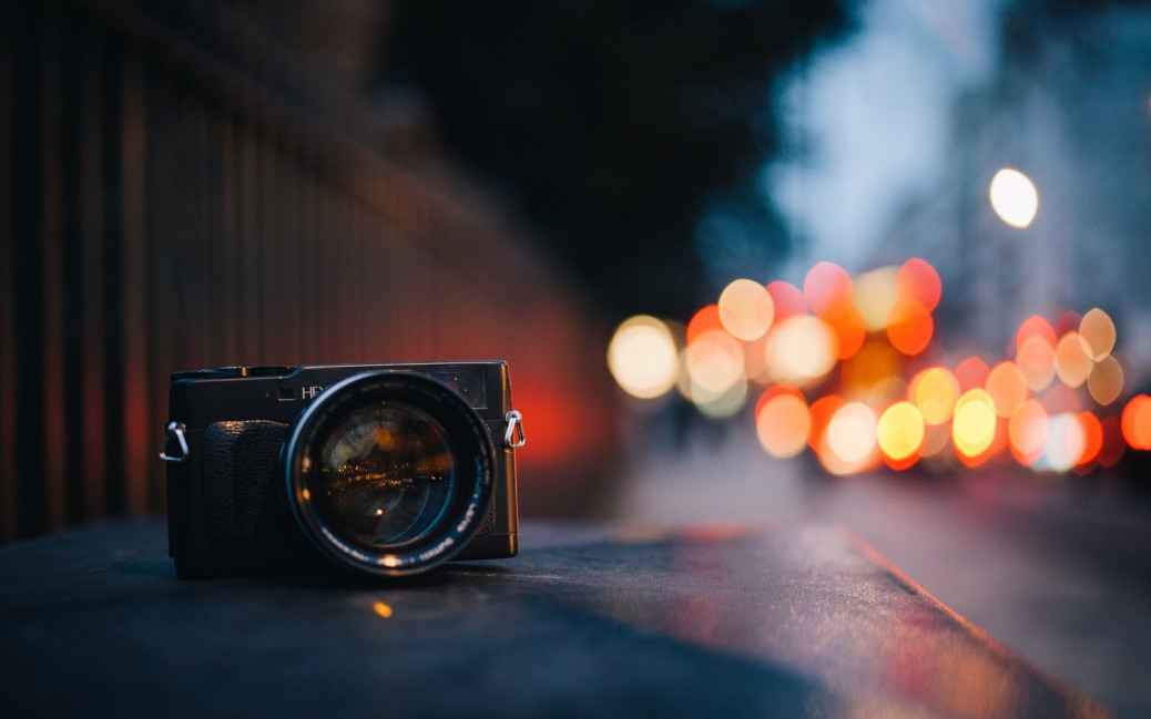 camera-black-street-city-lights-bokeh-mood-table-1920x1200
