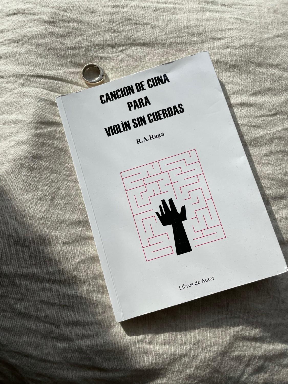 """Reseña de """"Canción de cuna para violín sin cuerdas"""" de R.A. Raga"""
